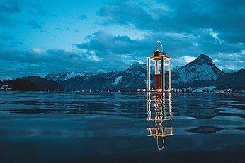 Wolfgangsee Advent, Laterne im Wasser,  © Oberoesterreich Tourismus GmbH, Robert Maybach