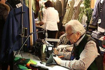 Bei der Arbeit! Am Christkindlmarkt der Ischler Handwerker (c) www.fotohofer.at