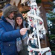 """St. Wolfgang Advent, Paar bei """"himmlischem Weihnachtsschmuck"""", © WTG"""