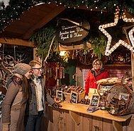 Paar bei einer Schmankerhütte, © Österreich Werbung, Peter Burgstaller