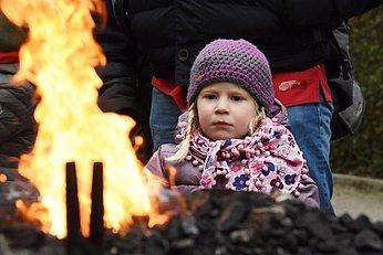 Schlösseradvent, Kind beim Feuer, (c) Wolfgang Spitzbart