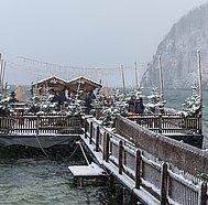 Strobl Advent, verschneiter Steg zum See, © WTG